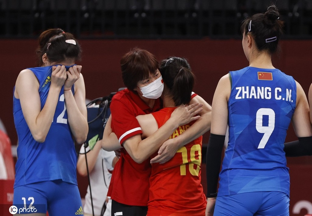 催泪!中国女排哭了 郎平与姑娘们逐一拥抱