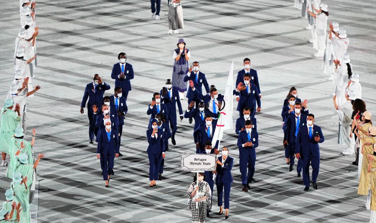 7月23日,东京奥运会难民代表团在开幕式上入场。图/新华社