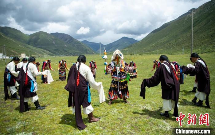 草原上正在展示直孔普堆巴宣舞。 刘忠俊 摄