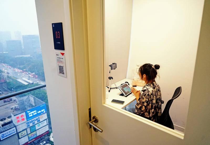 """2020年9月14日,武汉光谷某商圈写字楼內,""""猿辅导""""培训中心老师在房间内进行线上教学。图源:cfp"""