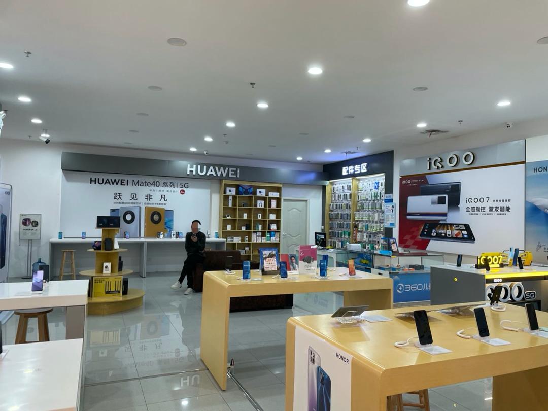 中部某四线城市的手机综合门店里只有店员在玩手机。图/柳书琪