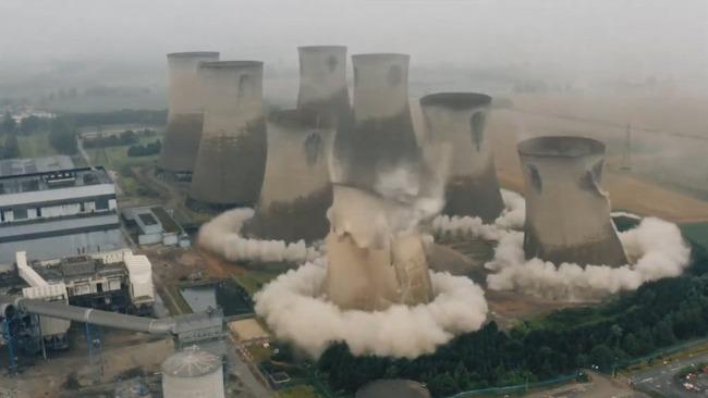 英巨型冷却塔爆破 震撼现场:底部瞬间崩裂 齐刷刷倒塌被夷为平地