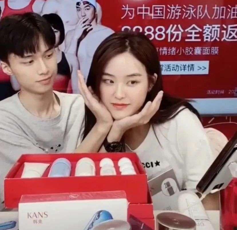 """韩束直播间的两位主播组成了""""韩束夫妇""""的CP"""