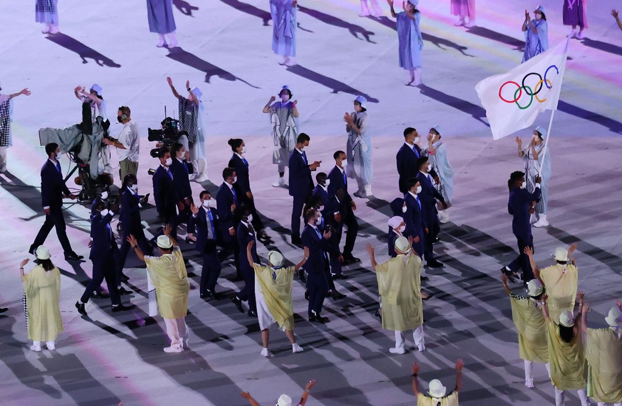 7月23日,第32届夏季奥林匹克运动会开幕式在日本东京举行,东京奥运会难民代表团入场。