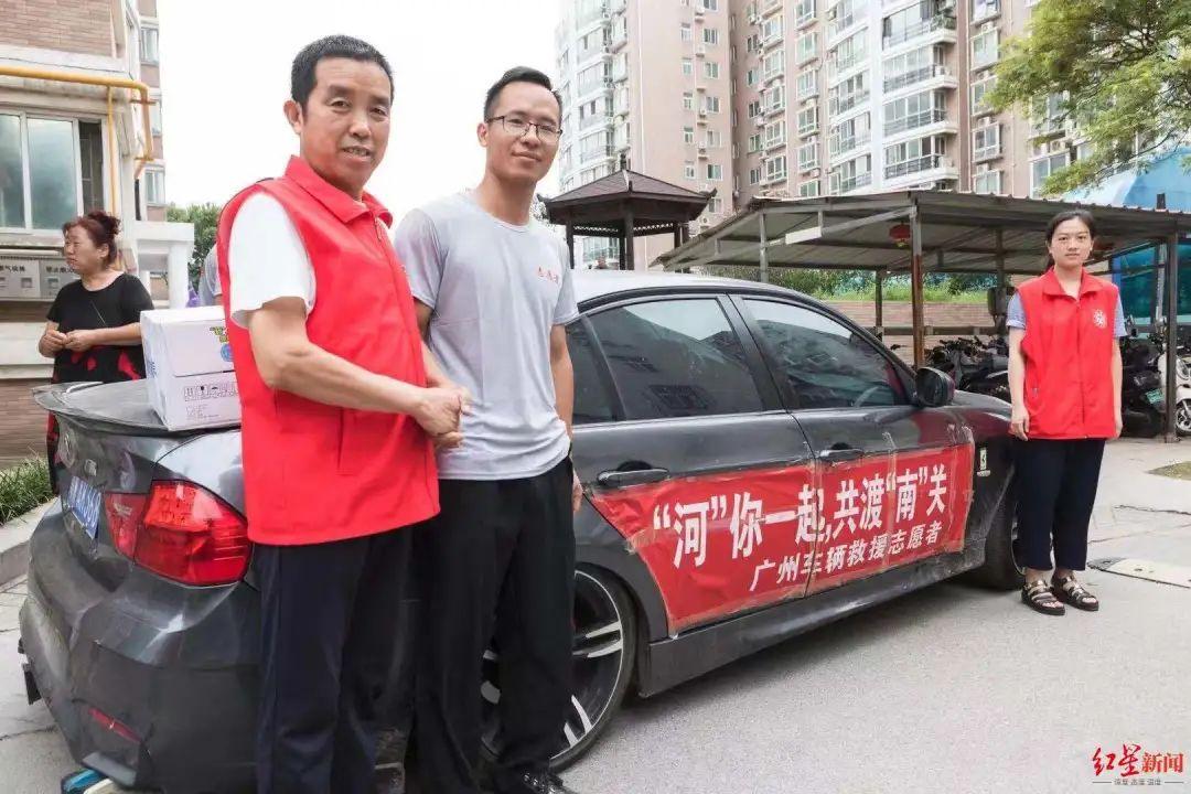 在郑州做志愿者的叶师傅(中)。图据红星新闻
