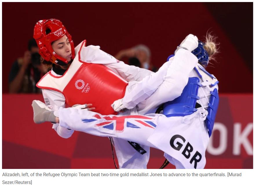 难民代表团跆拳道选手基米娅·阿里扎德·泽努玆(左)在东京奥运会击败英国名将。