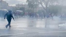 法国爆发反新冠健康通行证抗议:民众扔石块追打警察