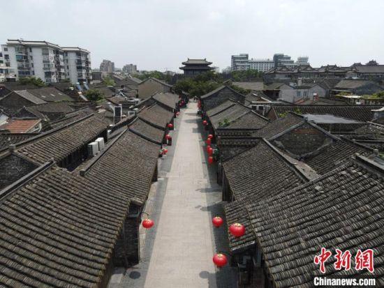 """8月2日,扬州东关古街成为""""空街""""。 孟德龙 摄"""