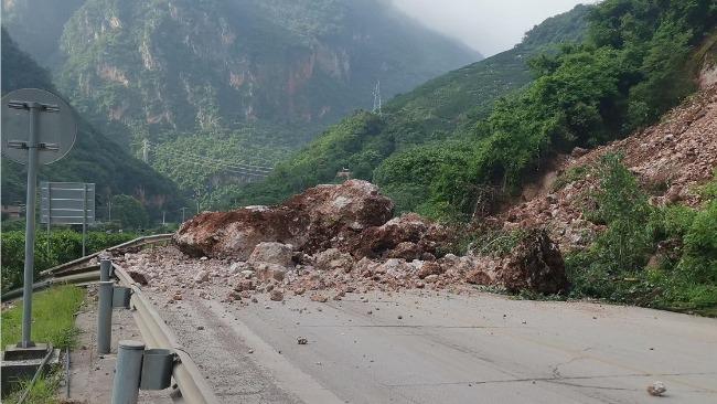 惊险!云南玉溪发生山体滑坡 一货车险被砸中