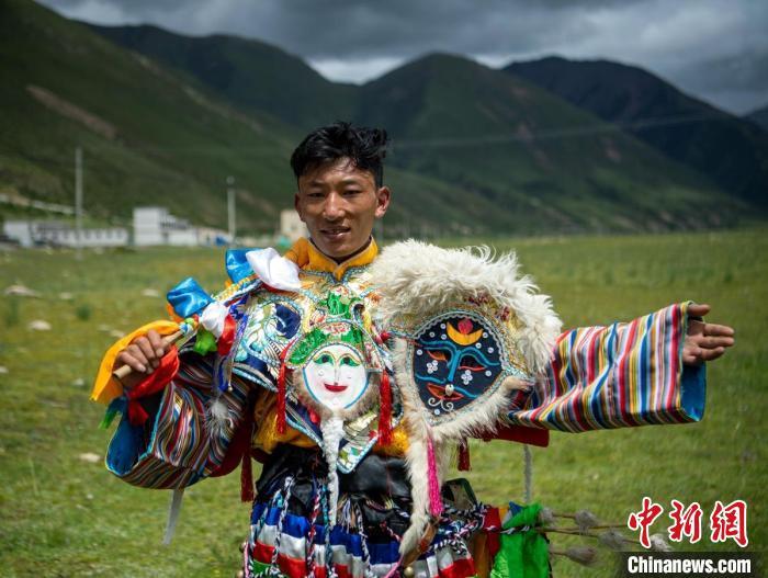 跳直孔普堆巴宣舞的28岁藏族小伙尼玛。 刘忠俊 摄