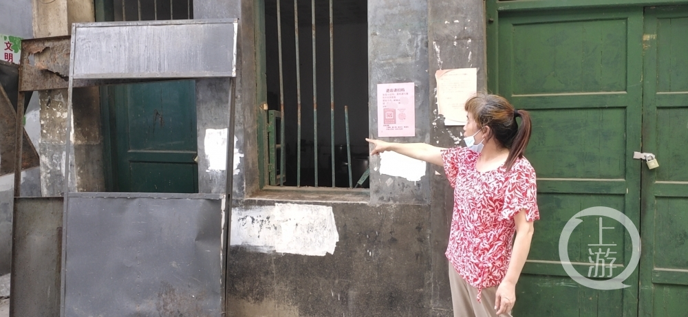 ▲7月30日上午,刘秋桃姐妹经营的桂阳县西外街52号早餐店门窗被砸,被迫停业至今。图片来源/受访者供图