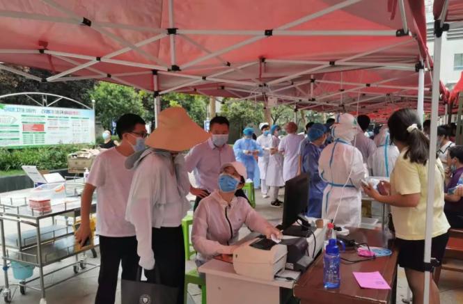 商丘市第一人民医院:10个核酸标本工作台当日完成6270个采集