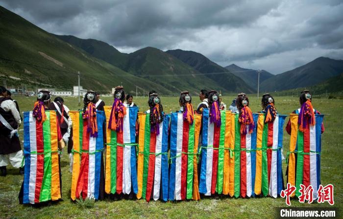 藏族女子们身着独特的服饰。 刘忠俊 摄