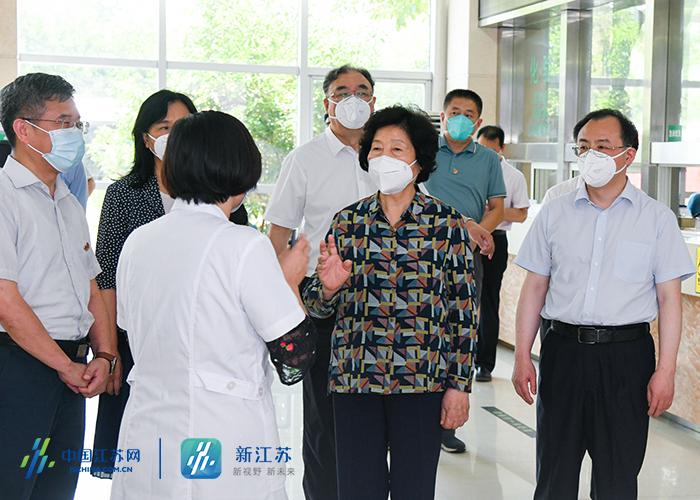 孙春兰副总理在南京市栖霞区西岗社区卫生服务中心了解社区防疫工作。