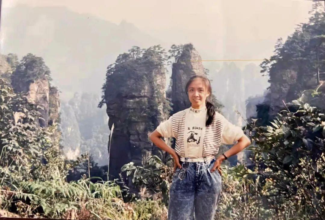 △ 1989年,三姨在张家界天子山和黄石寨。供图/三姨