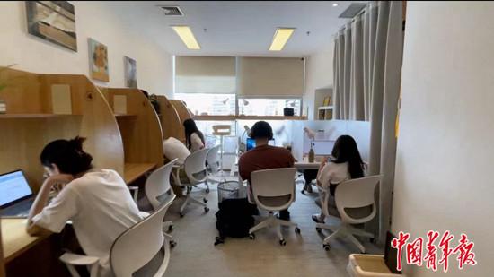 7月17日下午,位于北京朝阳区望京的一家付费自习室里,不少年轻人在学习。中青报·中青网记者 孟佩佩/摄