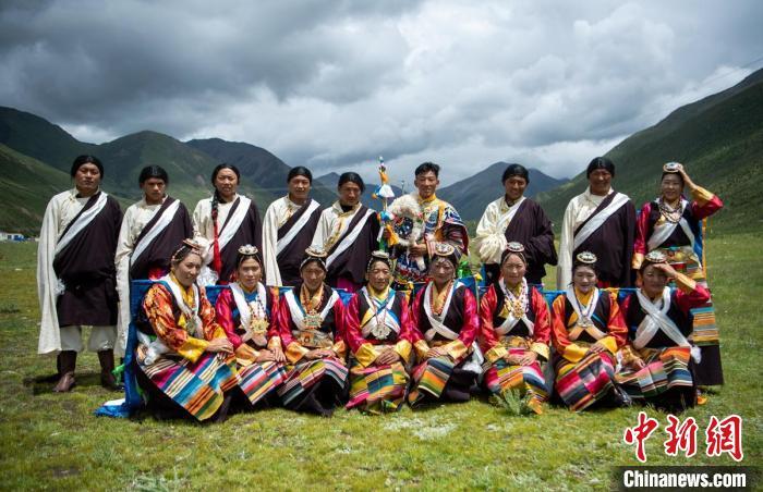 28岁藏族小伙尼玛(后排右四)与跳直孔普堆巴宣舞的牧民们。 刘忠俊 摄