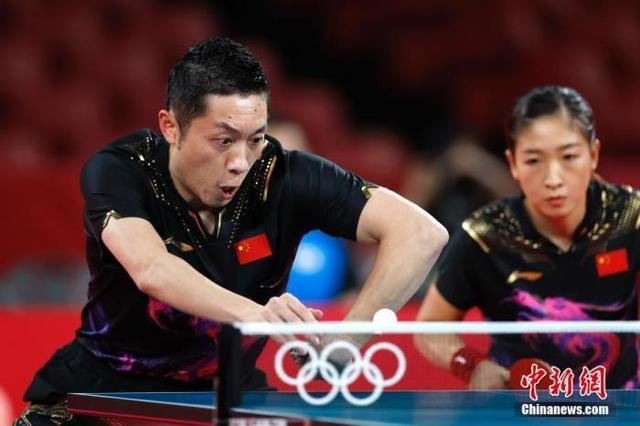 资料图:刘诗雯和许昕在比赛中。