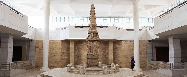 这件重量级文物建造于宋代大理国段正兴执政时期,共七级,通高6.5米,遍体都雕刻着288尊精致的佛教造像,被认为是是古代滇中雕刻艺术的极品。