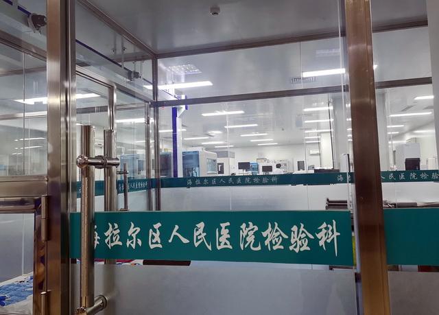 8月1日晚,海拉尔区人民医院检验科。摄影/章轲