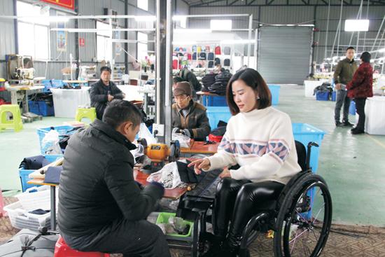 杨淑亭在她的扶贫车间工作。受访者供图