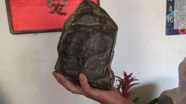 山东大叔38年收藏千块陨石,称第1块找了4年,最贵的价值千万