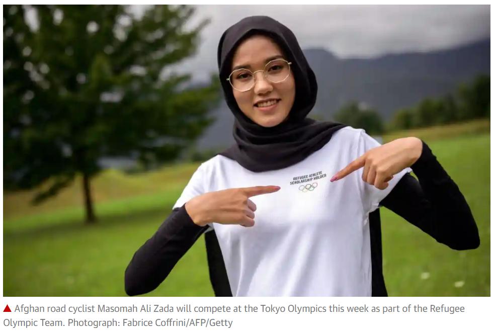 难民代表团选手马苏玛·阿里·扎达参加公路自行车女子个人计时赛。/《卫报》报道截图
