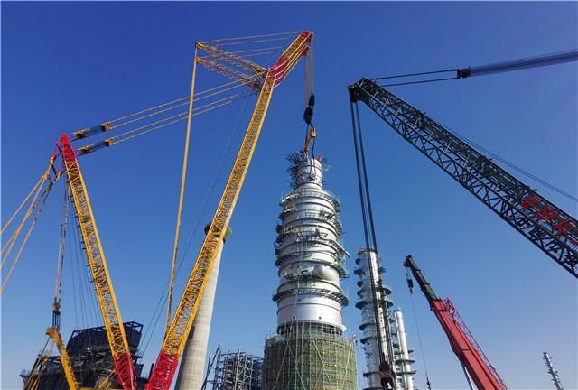 △盛虹炼化一体化项目龙头装置—常减压蒸馏装置减压塔吊装现场