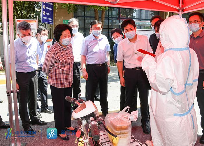 孙春兰副总理来到南京市江宁区天琪福苑小区了解封控管理情况。