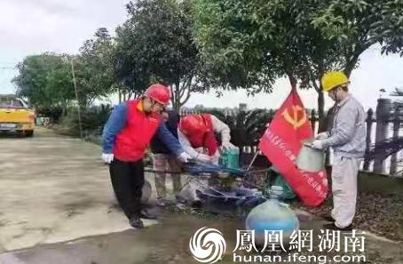 工作人员帮助养殖户检修增氧机