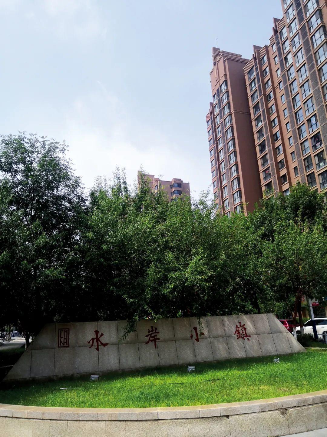 春華水務建的水岸小鎮項目,其與呼和浩特市政府大樓隔東河相望。攝影/本刊記者 周群峰