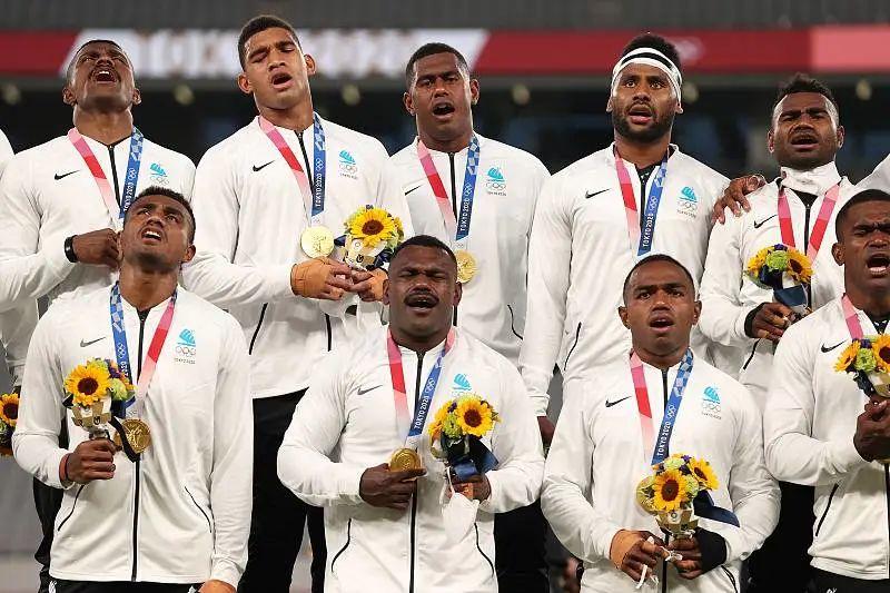 2021年7月28日,赢得男子七人制橄榄球赛冠军的斐济队高声唱赞歌。图片:CFP