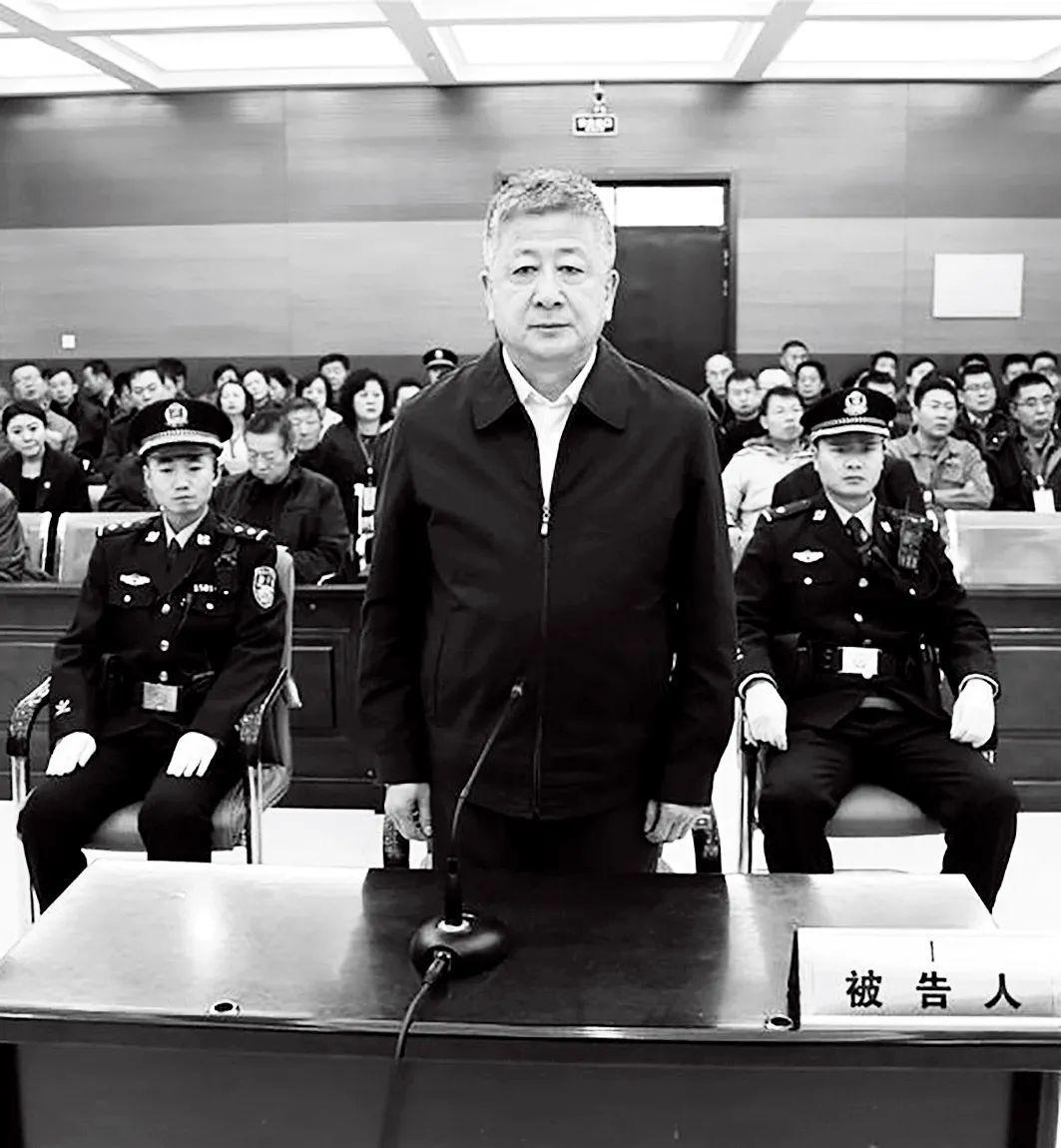 2016年12月8日,呼和浩特經開區黨工委原副書記、管委會原常務副主任白海泉在庭審現場。圖/新華