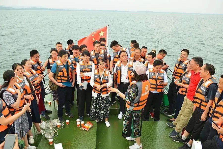 学员们在丹江口水库游船上进行学习交流
