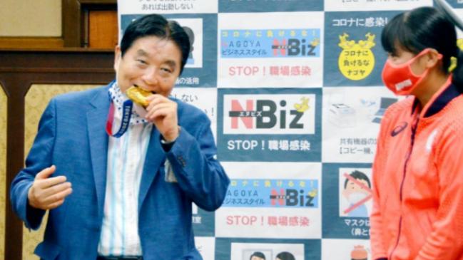 日本一市长咬金牌引争议!将自费为运动员换奖牌