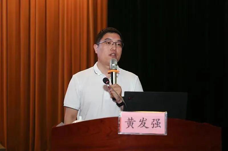 河南教育新闻中心主任助理黄发强围绕微信新媒体运营谈如何让师生凝神聚气