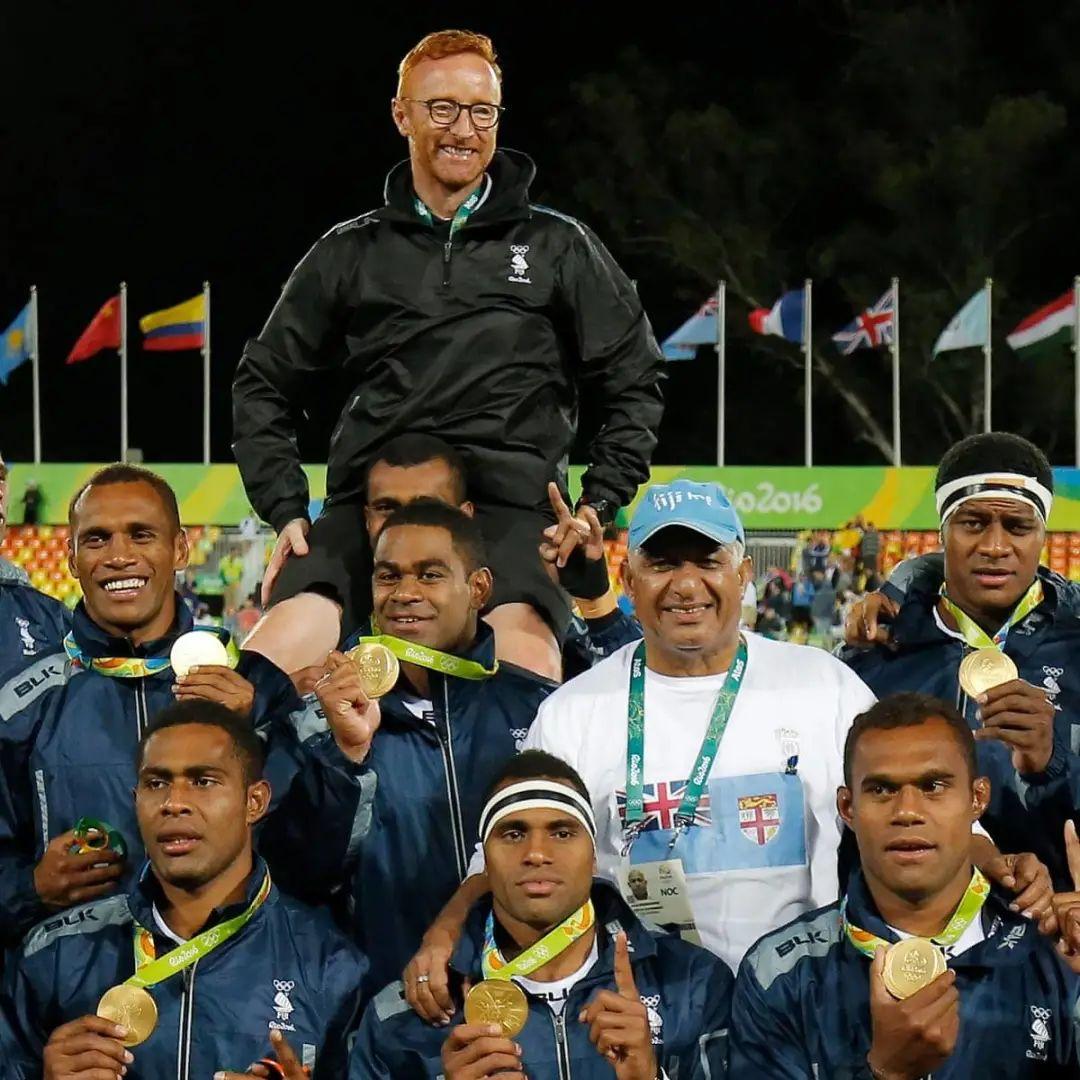 被队员们托举起来的教练本·瑞安。图片:卫报