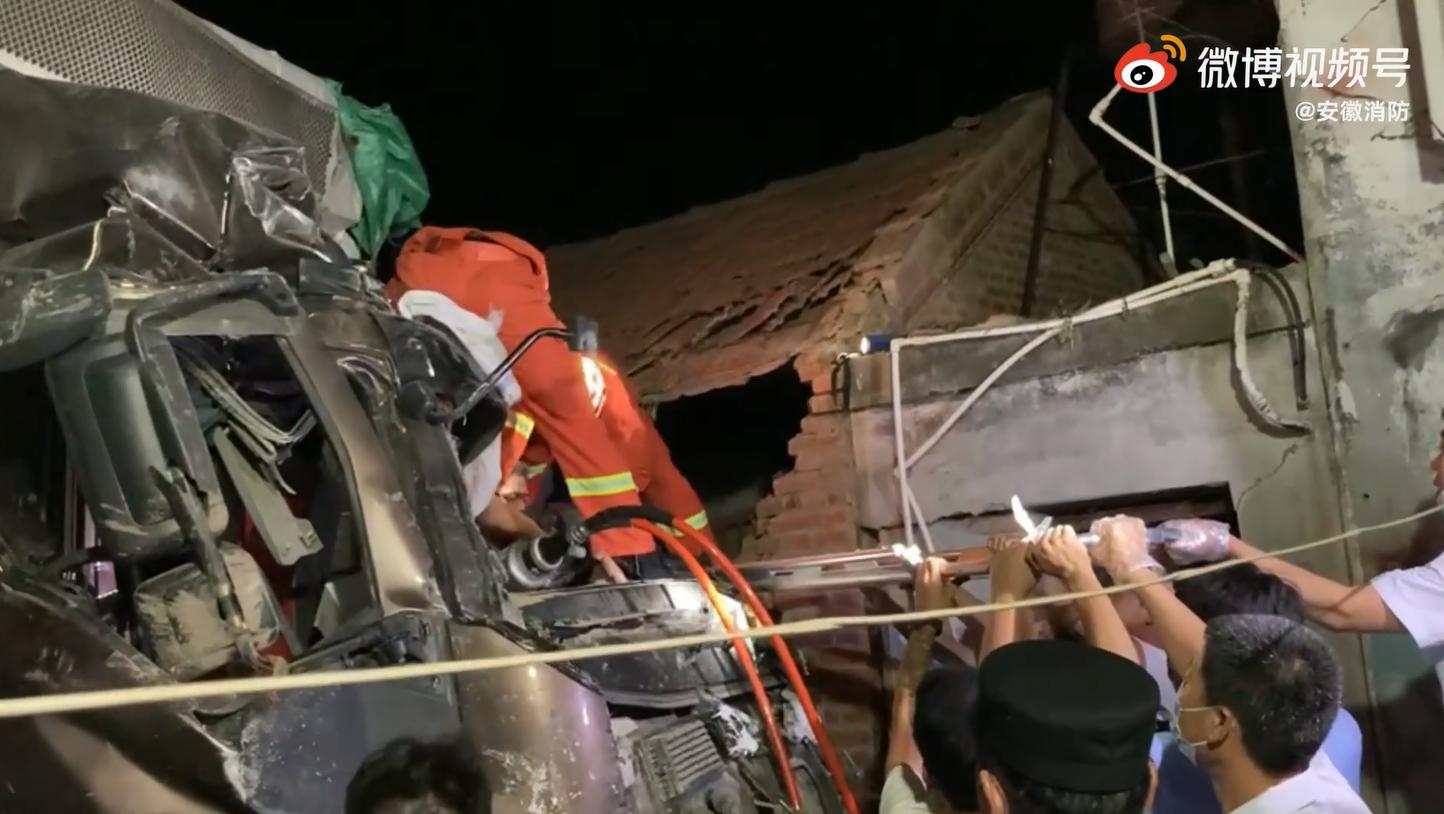 小货车追尾皮卡车致一人被困 六安消防紧急施救!
