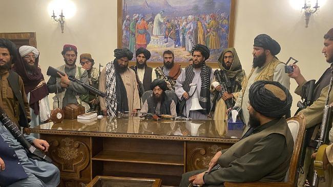 塔利班进入阿富汗总统府 坐总统办公桌朗诵经文