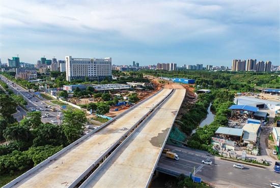 8月19日,俯瞰湛江大道瑞云南路大桥。