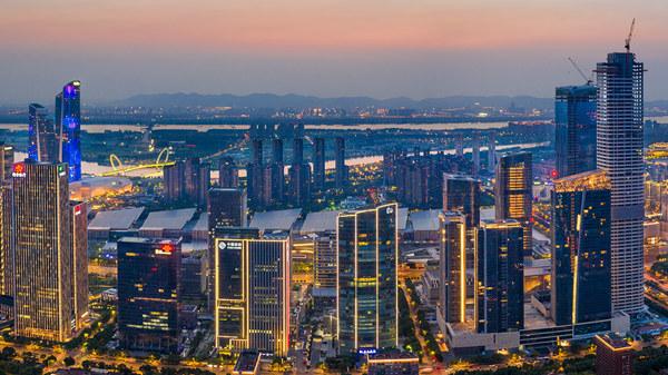 图为河西CBD夜景,这里也是建邺区金融产业最集聚的地区。建邺区委宣传部供图