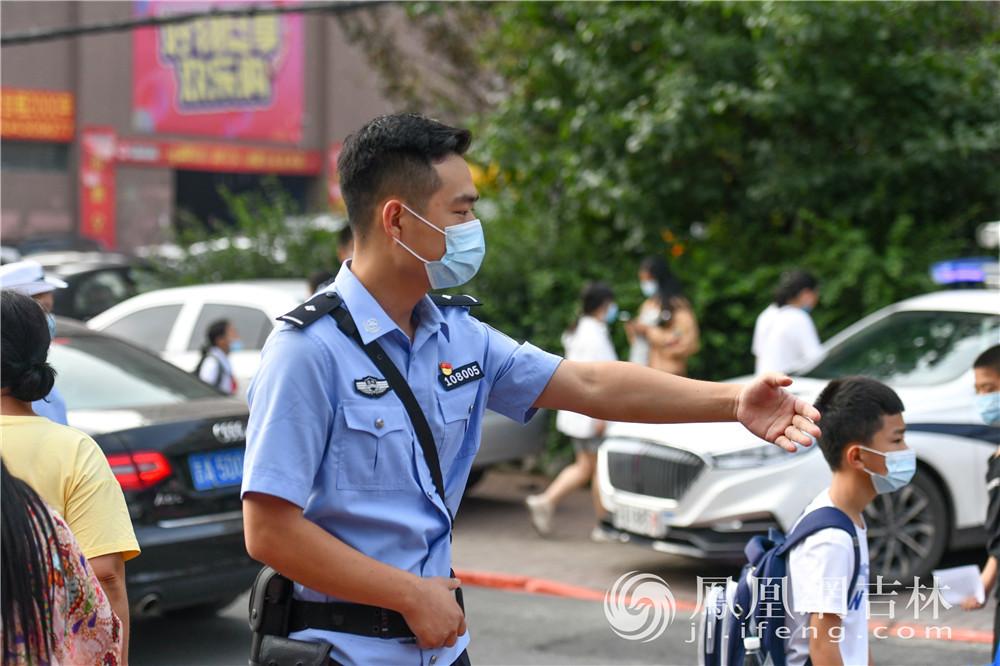 属地民警开展巡逻防控工作。梁琪佳摄