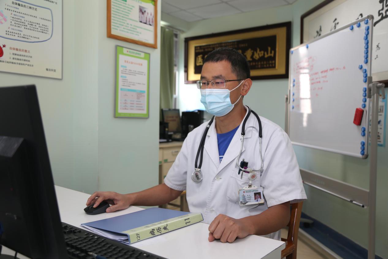 张庆医生在医院外科病区工作