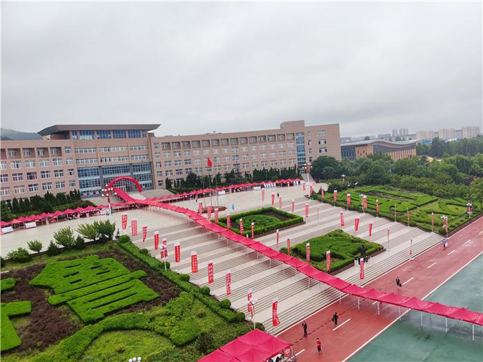"""齐鲁理工学院:雨中迎新生 """"红伞""""见温情"""