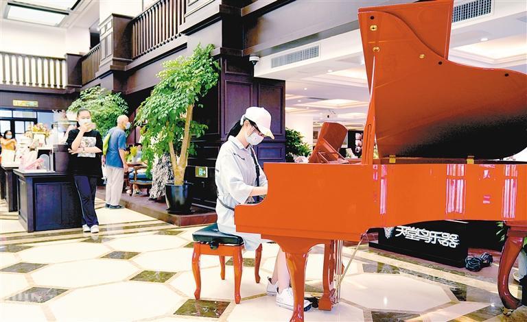 读者在西安钟楼书店内弹钢琴