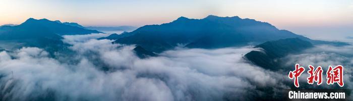 秋雨初歇江西武宁山村现壮观平流雾