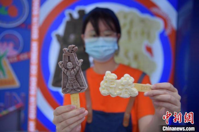 """销售员在展示具有长春城市元素的""""文创冰淇淋""""。 张瑶 摄"""