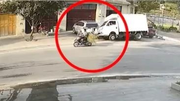 货车失控连撞数辆轿车 后又将行人碾压车下