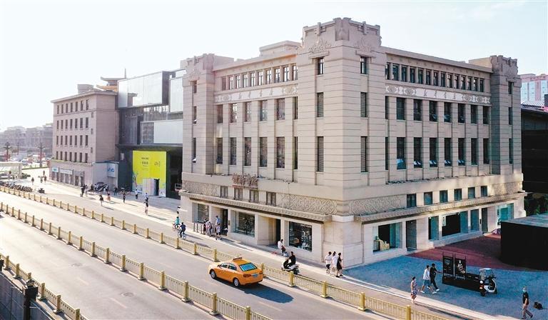 无人机拍摄的西安钟楼书店外景