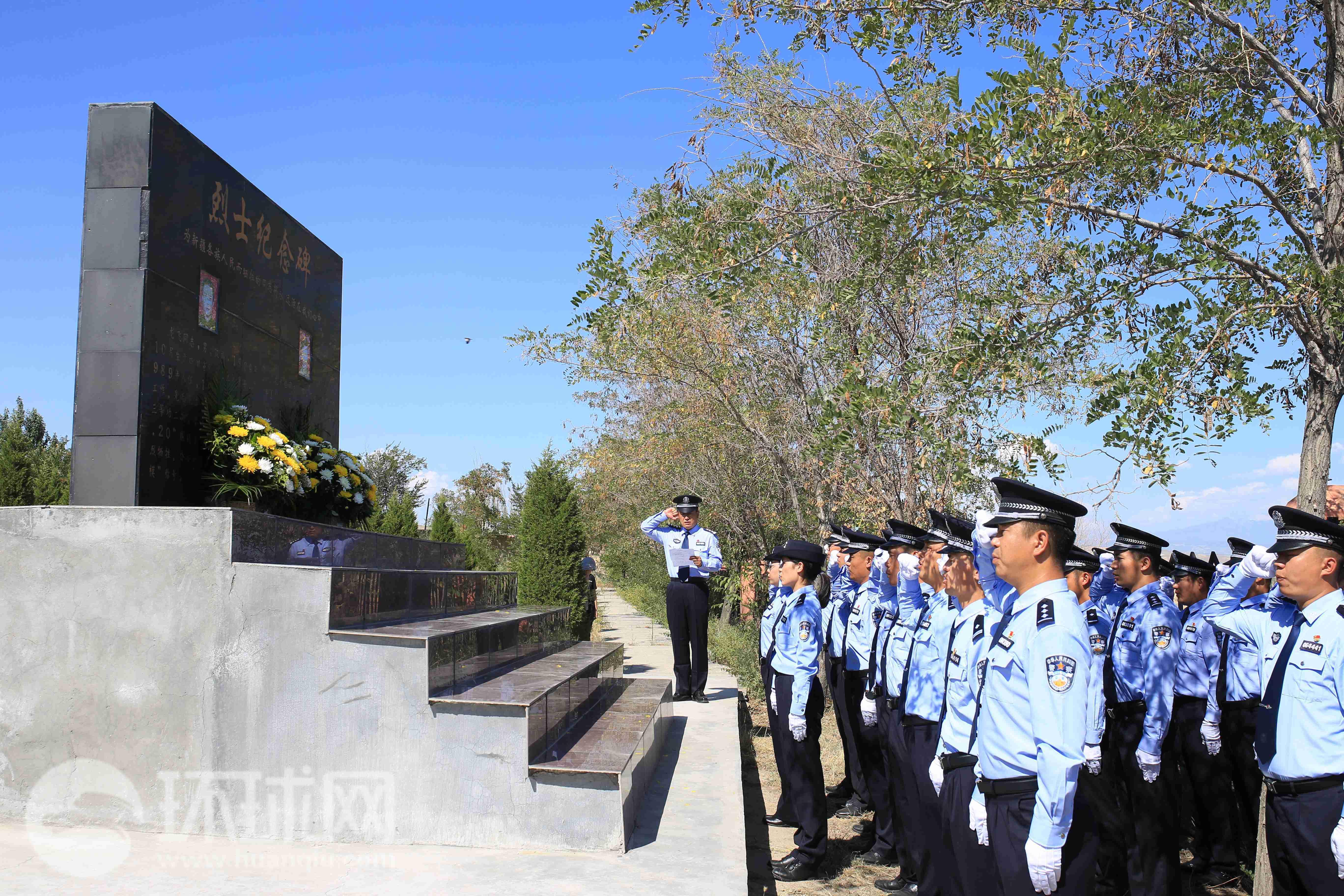 伊犁州公安局干警在烈士纪念碑前宣誓。摄影 范凌志